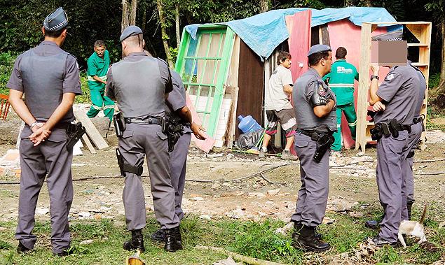 Gato se aproxima de cabo da PM durante operação de reintegração de posse em São Sebastião, no litoral norte (Reginaldo Pupo/Agência Facto)
