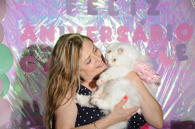 A gatinha Nikole no colo de sua dona, Cecy Passos,  durante a festa de aniversário (Max Machado/Divulgação)