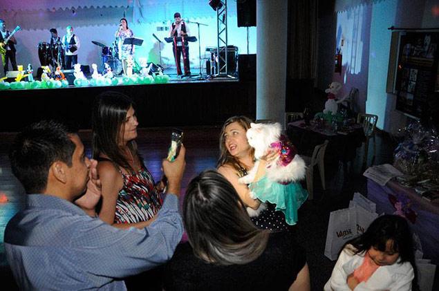 Todos quiseram tirar fotos com Nikole durante a festa (Max Machado/Divulgação)