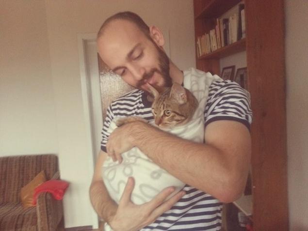 Moner Al Kadri reencontra a gata Zaytouna na cidade onde está morando, na Alemanha (Nadia Al Kadri/Arquivo Pessoal)