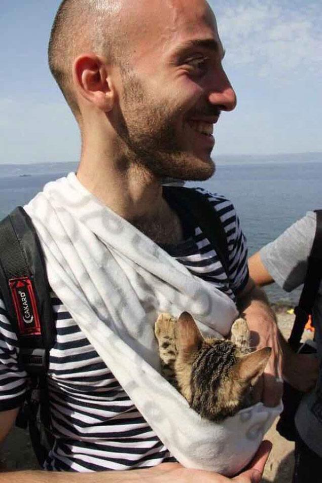 Al Kadri ao chegar em Lesbos, na Grécia, com a gata Zaytouna no colo (Reprodução/Twitter/@iambagpuss)
