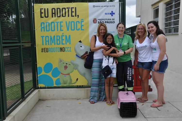 A menina Júlia Vieira segura no colo o gatinho que adotou no CCZ neste sábado (Divulgação)