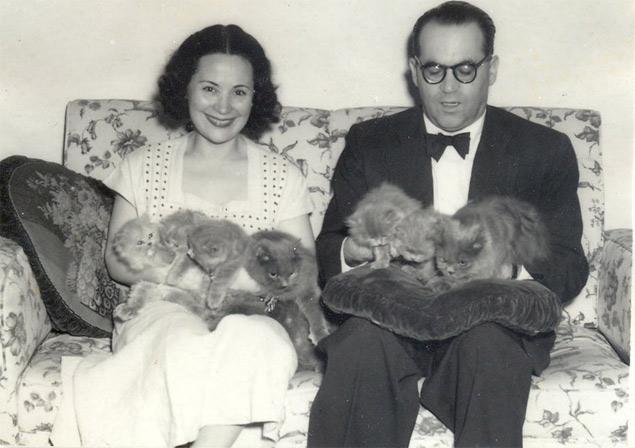O casal Aracy de Carvalho (1908-2011) e Guimarães Rosa (1908-1967) com seus gatinhos, no Rio, em 1957 (Arquivo Pessoal)