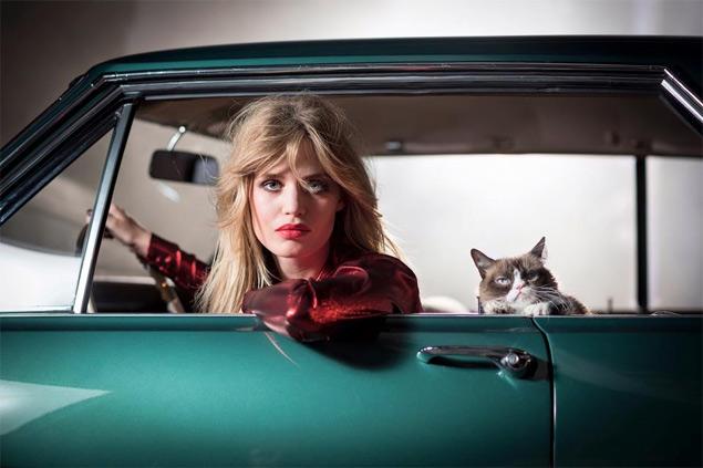 Georgia May Jagger e Grumpy Cat posam para o calendário 2017 da Opel (Reprodução)