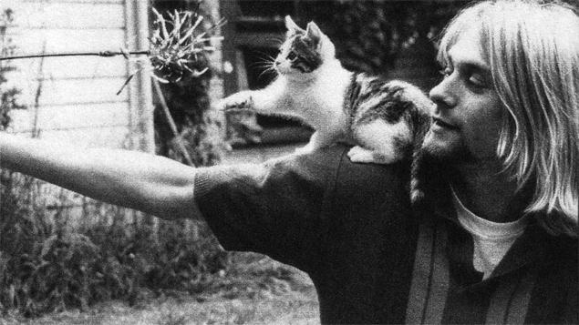 Kurt Cobain com um gatinho em cena do documentário 'Cobain: Montage of Heck' (Reprodução)