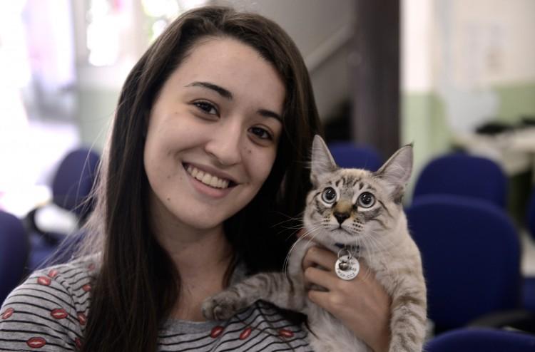 Tutora mostra seu gato com a plaqueta do RGA na coleira (Divulgação/CCZ-SP)